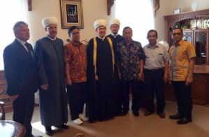 Russian and Indonesian Muslims work together